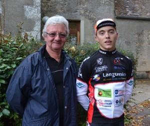 Tanguy aprés l 'arrivée en compagnie de son oncle Guy LAGNEAU fidèle serviteur du cyclisme
